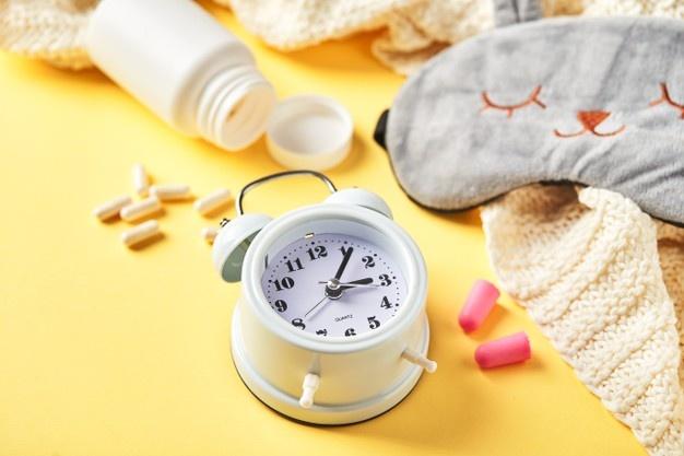 Маска для сна, будильник, беруши, эфирные масла и таблетки. творческая концепция здорового ночного сна. плоская планировка, вид сверху. спокойной ночи, гигиены сна, бессонницы | Премиум Фото